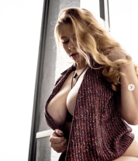Meet Busty Curvy Blonde Nena May aka NenasMind